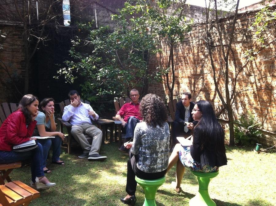 Participantes debatendo relação entre empresa e instituição