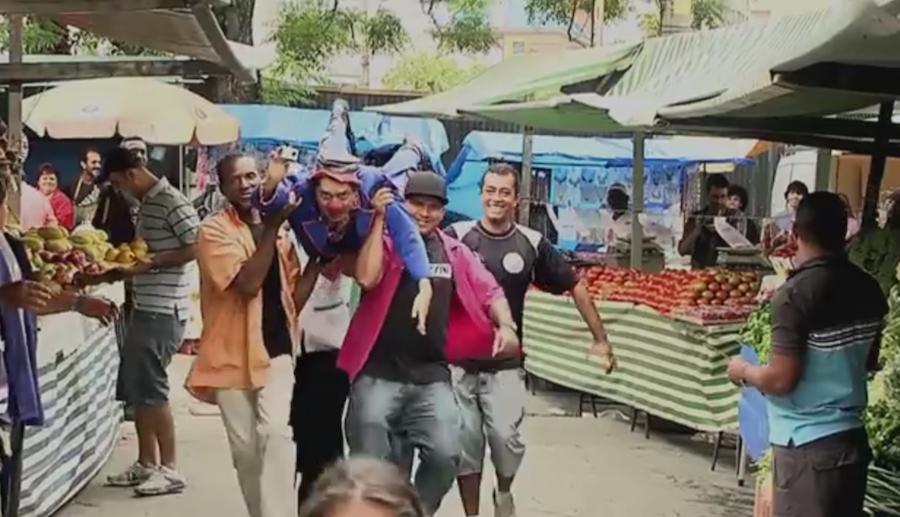 """Cena de uma das brincadeiras do PlayMonday, em que o superherói vai """"voando"""" defender a donzela do perigoso Homem Tomate. O vídeo pode ser visto em https://www.youtube.com/watch?v=6h7I2_pO_Js"""