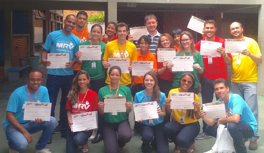 Voluntários que aplicaram o curso na escola Dom Cabral exibem seus certificados