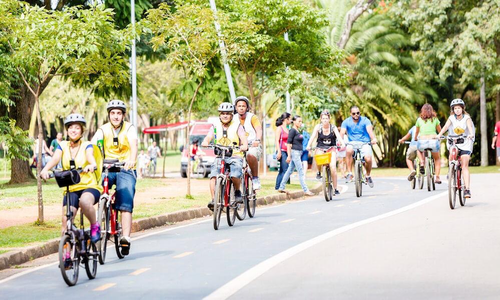 Grupo de pessoas andando de bicicleta no Parque do Ibirapuera, em SP