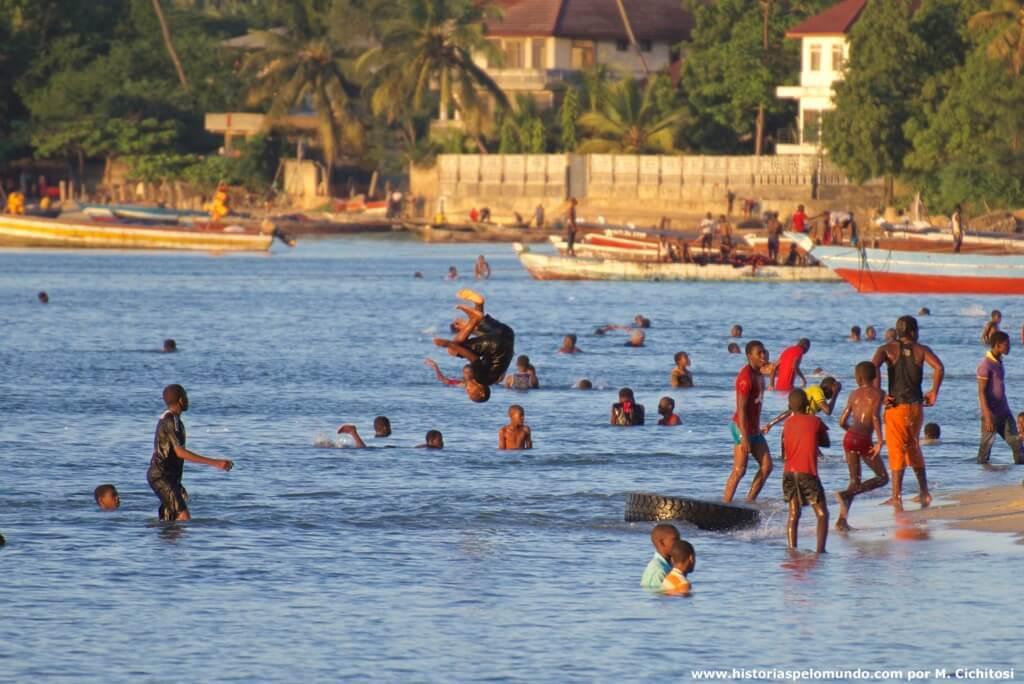 Jovens na praia em Zanzibar City