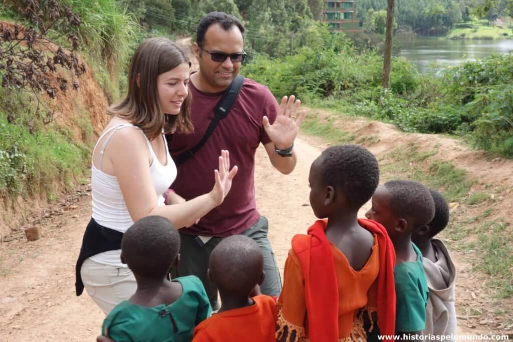 Giuliana e Maurício com crianças próximo ao Lake Buyone, na Uganda