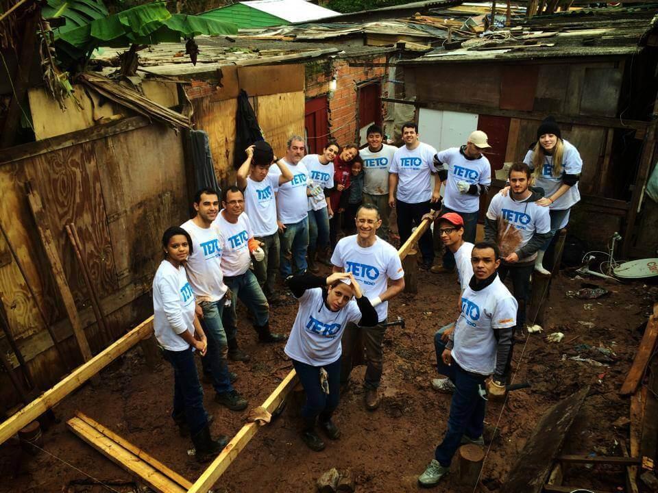 Voluntários da Telefônica participam da construção de casas de emergência em São Paulo (SP). Foto: reprodução Facebook da Fundação Telefônica Brasil.