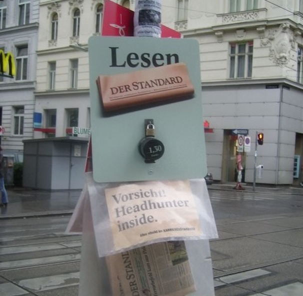 Em Viena, Áustria, aos domingos os jornais são deixados em postes com um cofrinho para pagamento.