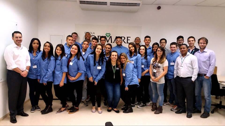 Colaboradores da Siemens atuam como educadores voluntários na Escola Formare Fundação Siemens Brasil em Jundiaí (SP). Foto: reprodução Facebook da Siemens Fundação Brasil.
