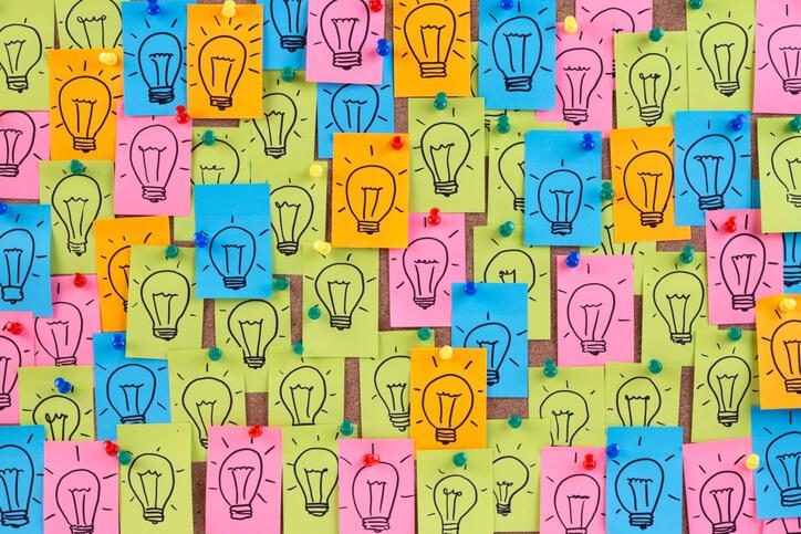 Mural com post its coloridos em que cada um há uma lâmpada desenhada